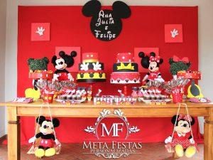 Ana Julia e Felipe brincando com Mickey e Minnie